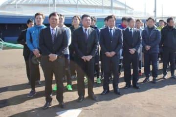 17日正午にはオリックス・西村徳文監督(左手前)らが阪神淡路大震災の犠牲者に黙祷を捧げた【写真:橋本健吾】