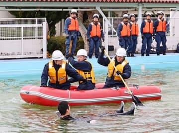 【ゴムボートで漂流者を引き上げる訓練(17日、和歌山県串本町潮岬で)】