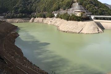 【水位が下がっている島ノ瀬ダム(16日、和歌山県みなべ町東神野川で)】