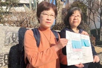 東京都中野区の区役所に「婚姻届」を提出した同性カップルの大江千束さんと小川葉子さん(右から)