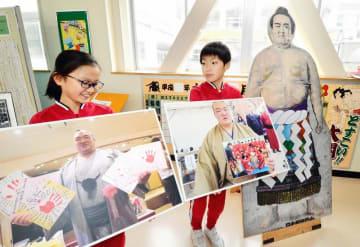 稀勢の里関の写真を手に思いを話す児童=1月16日、福井県坂井市大関小