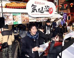 気仙沼産のホタテ焼きや蒸しガキなどが売り出された出張屋台村の会場=神戸市中央区元町通1(撮影・中西大二)