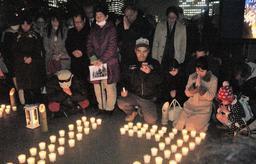 午後5時46分に黙とうをささげる参加者ら=東京都千代田区、日比谷公園