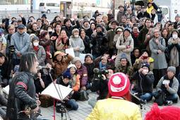 震災復興の歩みに思いをはせ、精魂を込めて歌うメンバー=17日午後、神戸市長田区若松町4(撮影・大山伸一郎)