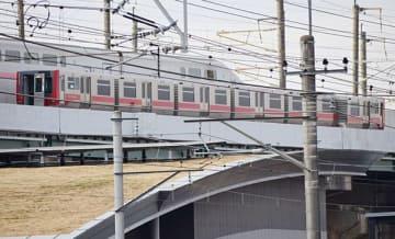 加茂宮―鉄道博物館間で停車した電車。6両編成の最後尾車両が傾いている=16日午後3時15分ごろ、さいたま市北区東大成町
