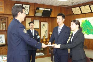 署名簿を提出する(右から)伊藤春奈さんと伊藤翔太さん