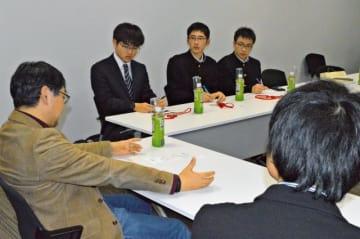 IT業界の有識者から話を聞く都城高専の(左奥から)原さん、片山さん、萩原さんの3人=17日、東京・永田町