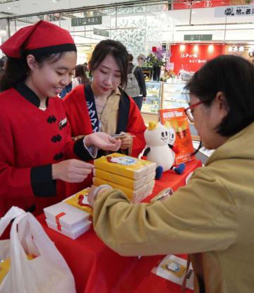 崎陽軒の「シウマイ弁当」を購入する来店者=17日、台北(NNA撮影)