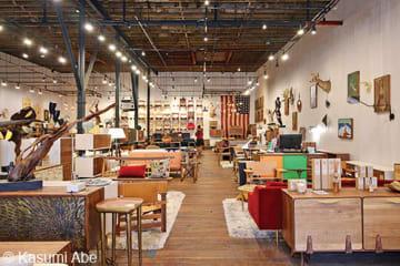 広い倉庫跡地にセンスのよいオリジナル商品が並ぶ