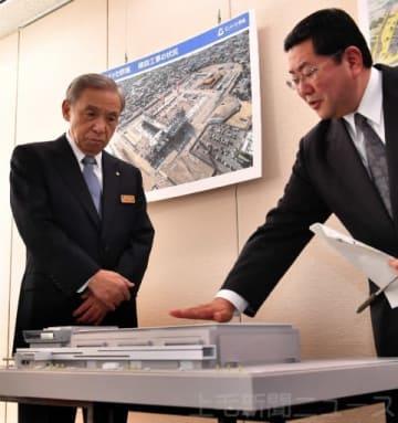 向田部長(右)の説明に耳を傾ける大沢知事