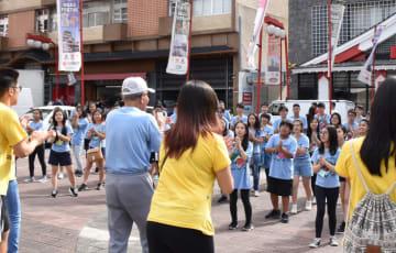 リベルダーデ日本広場でババ体操を行う生徒ら