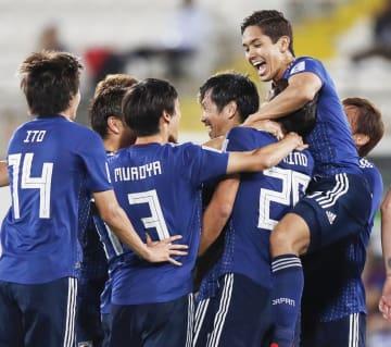 日本―ウズベキスタン 後半、勝ち越しゴールを決め、武藤(右端)らに祝福される塩谷(中央右)=アルアイン(共同)