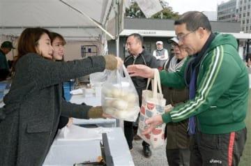 豚まんを買い求める人でにぎわった「豚饅サミット」=17日、熊本市中央区