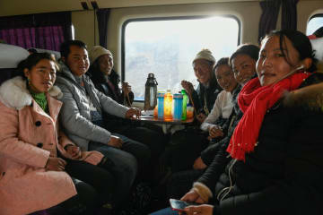「春運」間近 青海チベット高原を走る列車 チベット自治区ラサ
