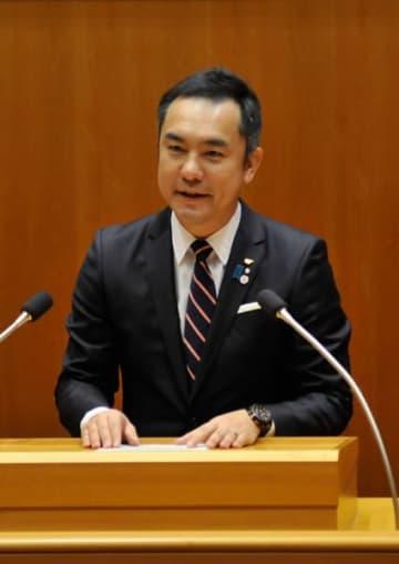 【3選出馬を表明する鈴木知事=三重県議会議事堂で】