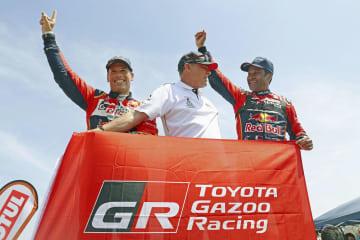 ダカール・ラリーを制し、喜ぶトヨタのナセル・アティーヤ(右)(ゲッティ=共同)