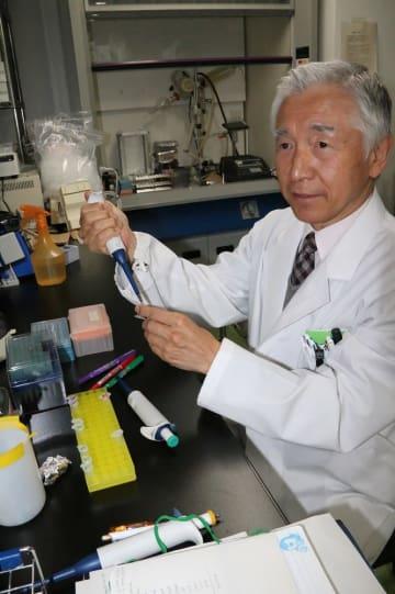 体の狙った部位に薬を届ける新手法を開発している佐々木教授=長崎市坂本1丁目、長崎大学病院