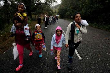 中米ホンジュラスから米国を目指してグアテマラを歩く移民ら=16日(ロイター=共同)