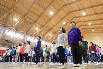 気仙小新校舎の体育館で行われた始業式=18日午前、岩手県陸前高田市