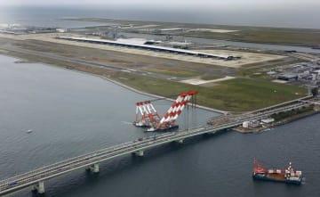 関西空港と連絡橋=2018年9月14日