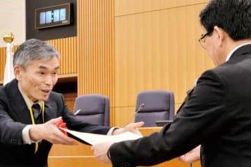 松山市の代理で外務省の垂秀夫領事局長(右)から表彰状を受け取る県職員=17日午後、東京・霞が関