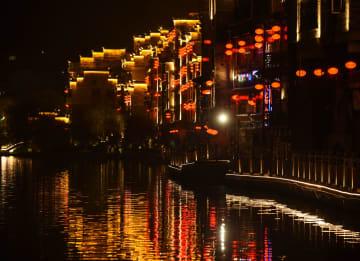春節前の古都、ちょうちんの明かりに浮かぶ 貴州省鎮遠県