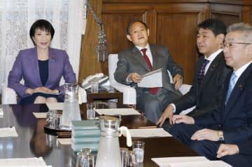 衆院議院運営委員会理事会に臨む高市早苗委員長(左端)と菅官房長官(左から2人目)ら=18日午前、国会