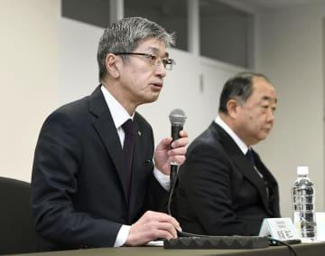 記者会見する日航の赤坂祐二社長(左)=18日午後、東京都港区