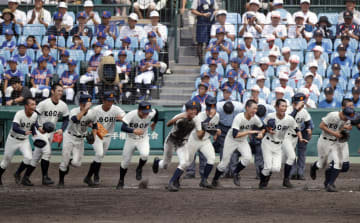 昨夏の全国高校野球大会で、試合に勝って応援席に向かう高知商ナイン=2018年8月、甲子園球場
