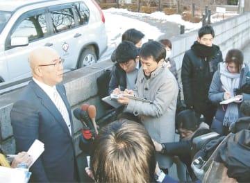 報道陣の取材に応じる平野町長(左端)=17日、盛岡地裁前