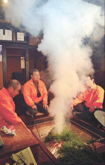杉の葉を燃やし、屋敷内に煙を充満させる協議会のメンバーら
