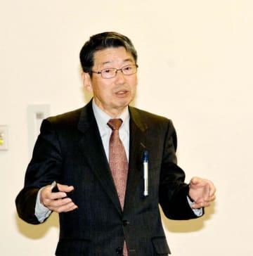 エネルギーと環境について語るエコット政策研究センターの中岡章代表=17日午後、伊方町湊浦