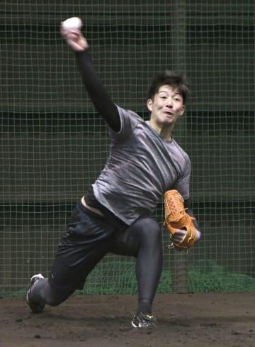 日本ハムの新人合同練習で、初めてブルペン入りした吉田輝=千葉県鎌ケ谷市