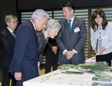 農林水産祭の天皇杯を受賞した「こと京都」の山田敏之代表(右から2人目)の生産品などを見学される天皇、皇后両陛下=18日午後、皇居・宮殿(代表撮影)
