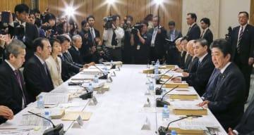 教育再生実行会議であいさつする安倍首相(右端)=18日午後、首相官邸