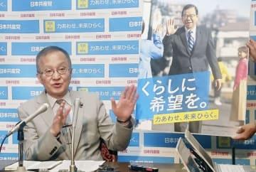 統一地方選に向けた政策とポスターを発表する共産党の笠井政策委員長=18日午後、国会
