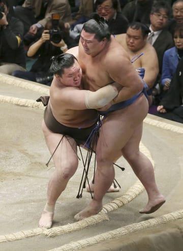白鵬(左)が正代を寄り切りで下す=両国国技館