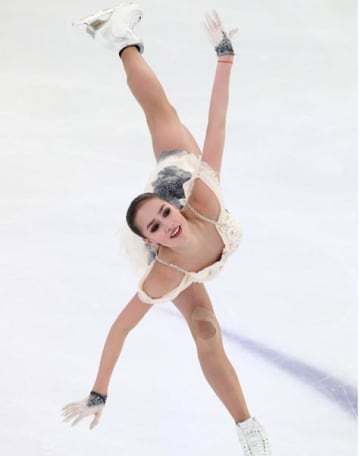 サランスクで行われたロシア選手権で滑るザギトワ選手=2018年12月21日(タス=共同)