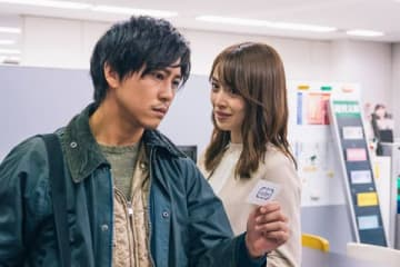連続ドラマ「スキャンダル専門弁護士 QUEEN」に出演している佐野岳さん(左)と泉里香さん(C)フジテレビ