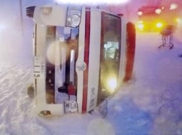 北海道由仁町で患者を搬送中に横転した救急車=18日午後(北海道警提供)