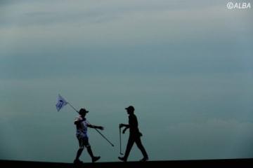 夕方にラウンドスタートとなった石川遼 日没まで懸命のプレーを続けた(撮影:村上航)
