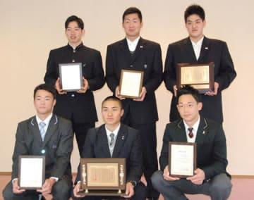 京都府高野連の優秀選手表彰などを受けた選手たち(京都外大)