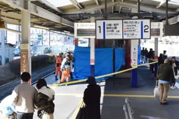 人身事故が発生し規制線が張られた東武東上線みずほ台駅のホーム=18日午後0時10分ごろ、富士見市東みずほ台