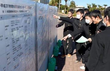 試験室やトイレなどの場所を入念にチェックする受験生ら=18日午後、宮崎市・宮崎大木花キャンパス