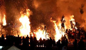 迎え火が辺り一帯を赤く染め、荘厳で幻想的な光景をつくりだした「師走祭り」=18日午後、美郷町南郷神門