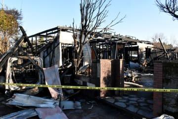焼け跡から1人の遺体が見つかった高原町広原の外薗さん方=18日午前
