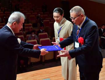 複合経営部門で表彰を受ける牧野博文(右)、玉美さん=18日午前、宮崎市・宮日会館