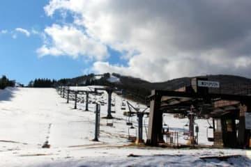 雪不足のため休業している芸北高原大佐スキー場(18日、広島県北広島町)