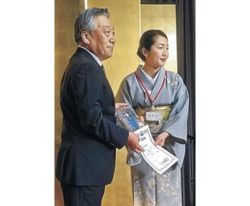 加賀屋2年連続日本一を表彰  ホテル・旅館100選