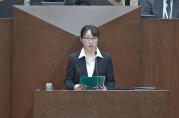 水戸市女性議会で質問する常磐大の小林美友さん=水戸市役所